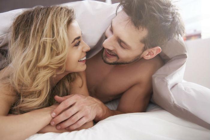 мужчина дева в постели